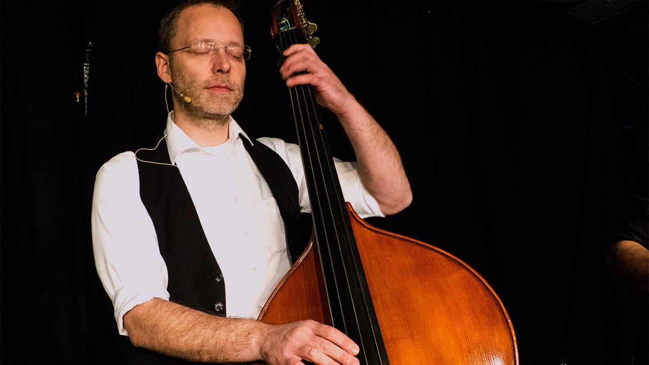Tobi spielt Bass
