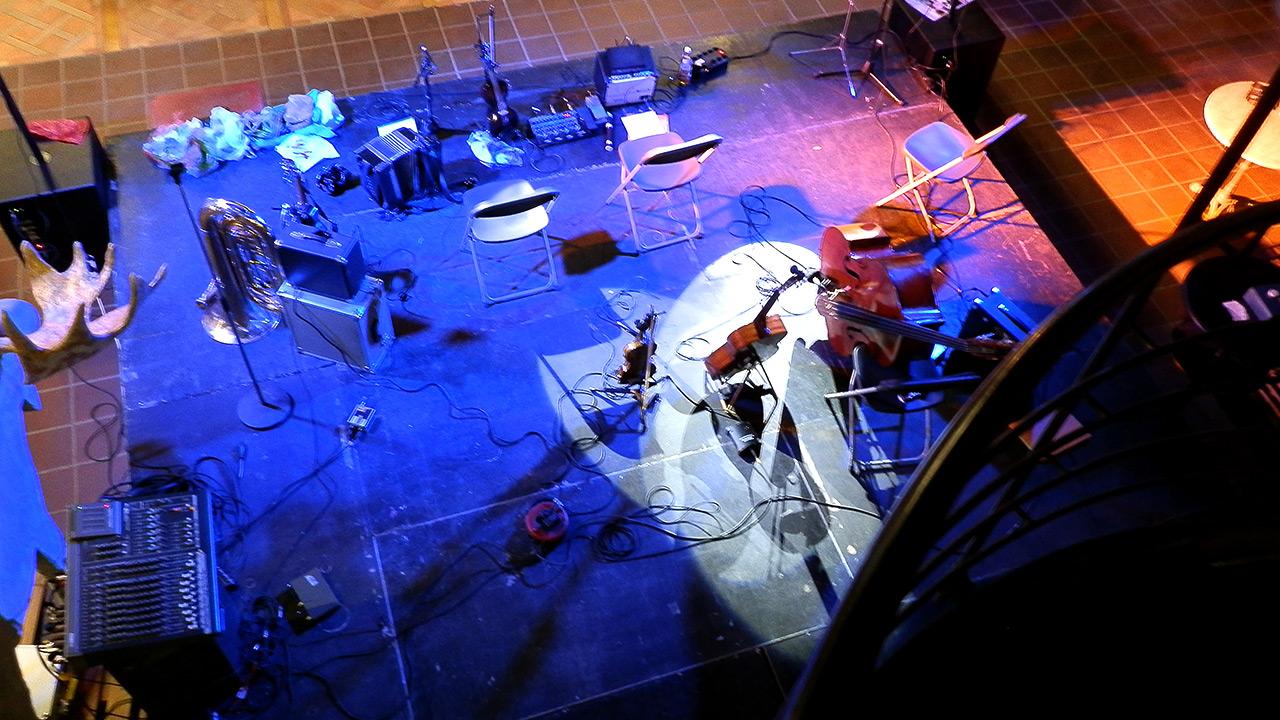 Bühnenstill von oben, blau beleuchtet