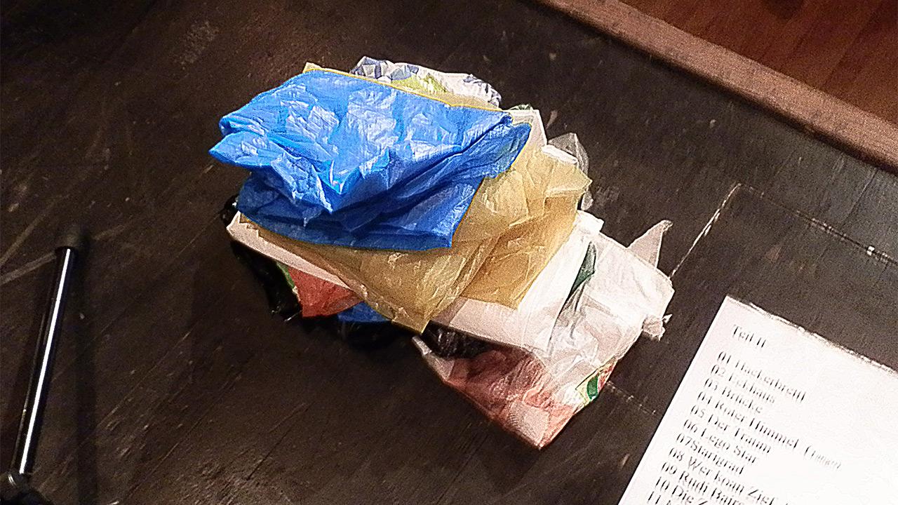 Plastiktüten ordentlich zusammengefaltet auf der Buehne